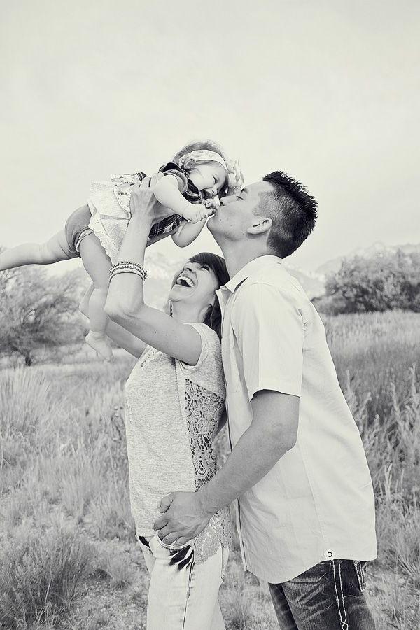 baby-und-familie-interessantes-bild-in-schwarz-und-weiß
