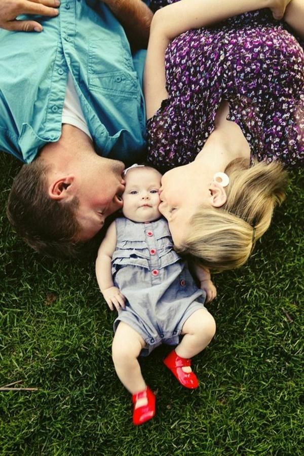 baby-und-familie-liegen-auf-dem-gras