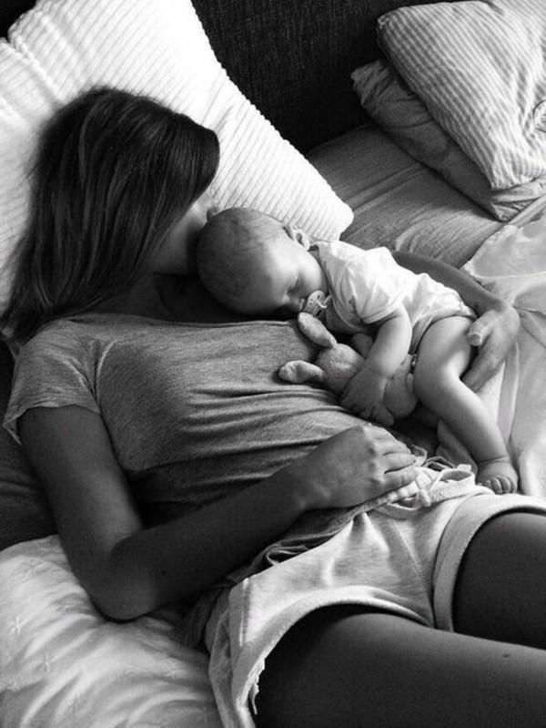 baby-und-familie-mutti-schläft-mit-dem-baby