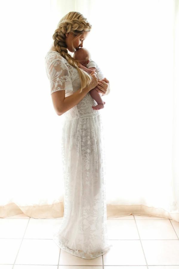 baby-und-familie-schöne-mutter-im-weißen-kleid