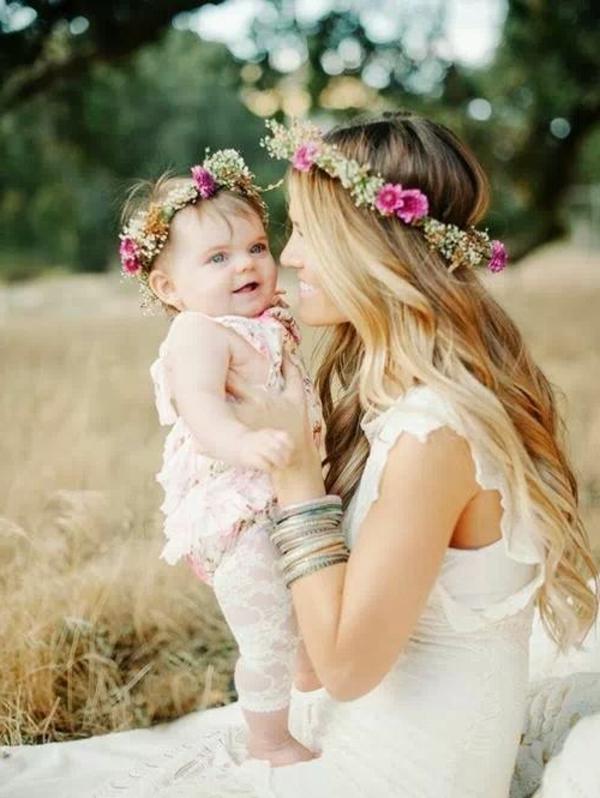 baby-und-familie-schöne-mutter-mit-einem-blumenkranz