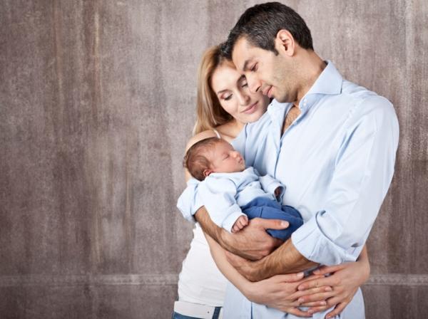 baby-und-familie-sehr-glückliches-foto
