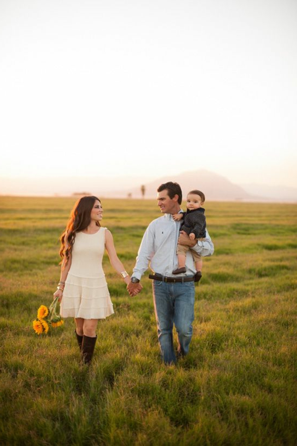 baby-und-familie-spaziergang-auf-dem-wiesen-machen