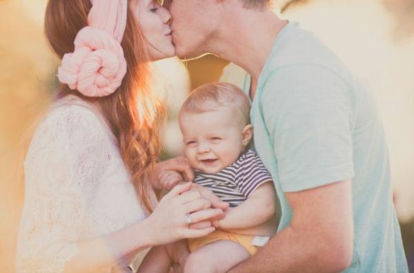 baby-und-familie-vatti-küssti-mutti