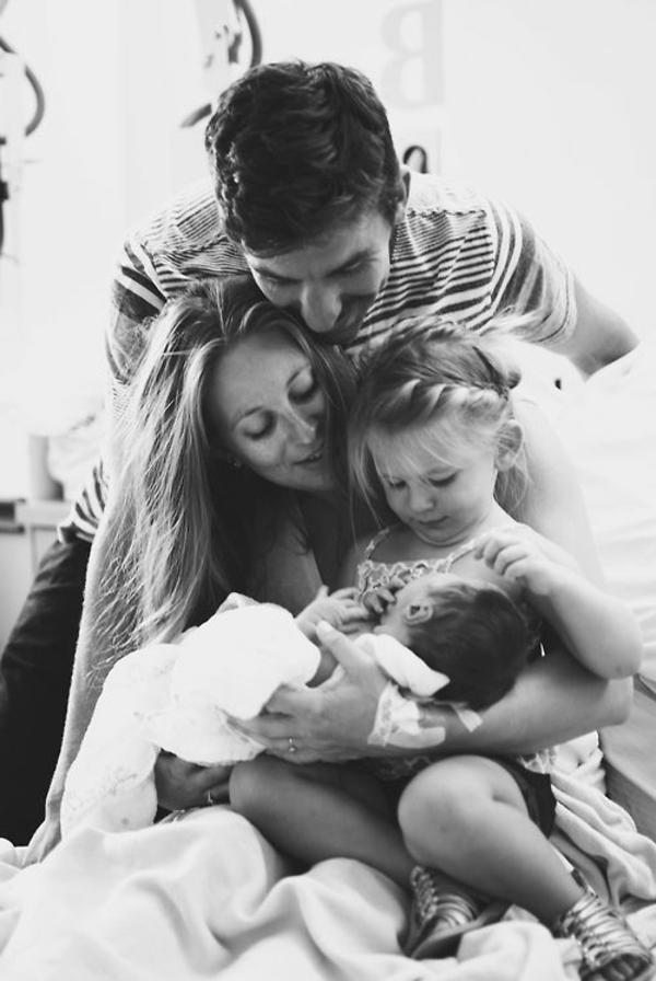 baby-und-familie-wunderschönes-bild-in-schwarz-und-weiß