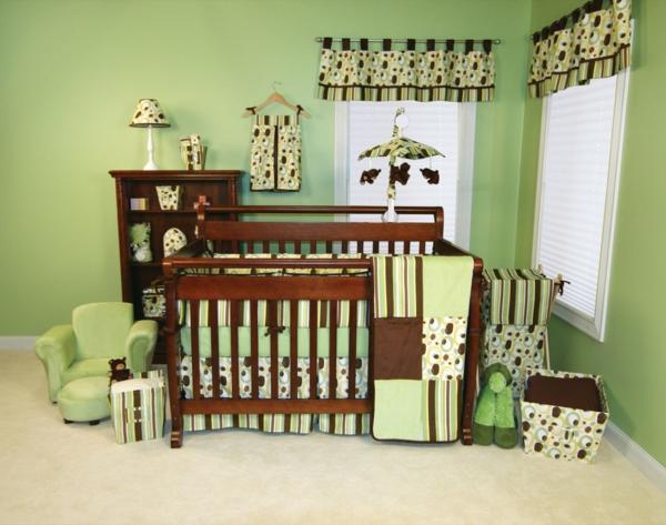 babyzimmer-junge-babybett-aus-holz-grüne-wände