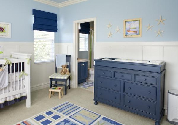 babyzimmer-junge-blauer-schrank-mit-schubladen