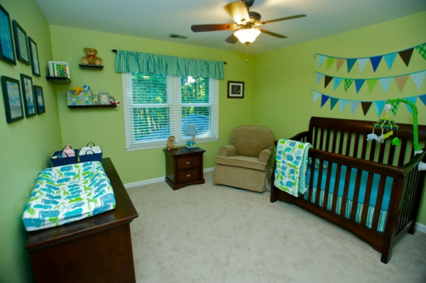 babyzimmer-junge-hölzernes-braunes-babybett-grüne-wände