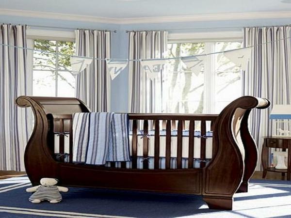 babyzimmer-junge-interessantes-modell-vom-hölzernen-babybett