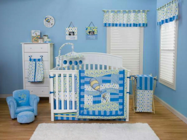Babyzimmer junge interieur in weiß und blau