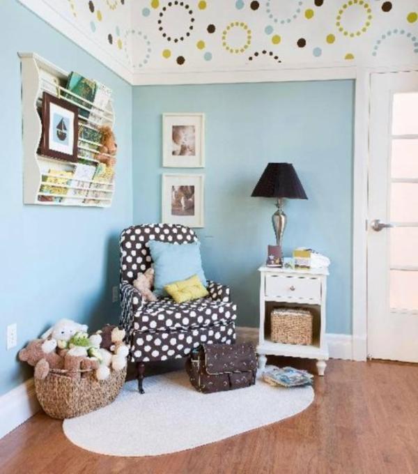 babyzimmer-junge-schöner-sessel-in-der-ecke