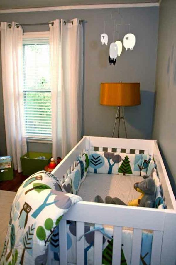 babyzimmer-junge-weiße-vorhänge-schönes-babybett