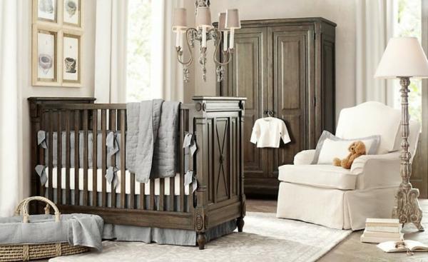 babyzimmer-junge-weißer-sessel-hölzernes-babybett