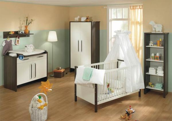 babyzimmer-junge-weißes-babybett-mit-gardinen