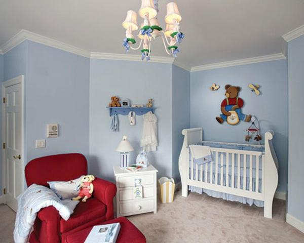 schönes babyzimmer für jungen - mit einem roten sessel