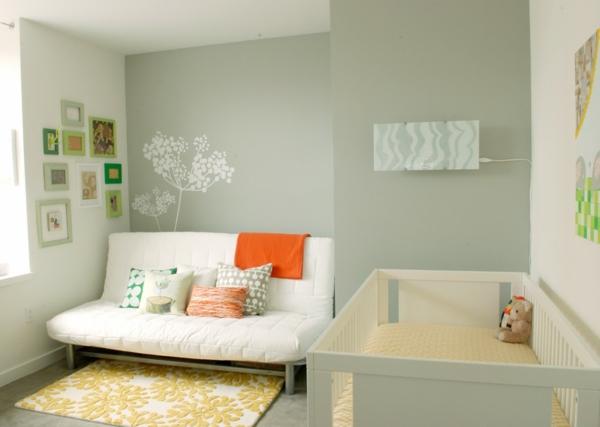 babyzimmer-junge-weißes-sofa-graue-wände