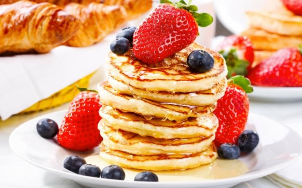 basisches-frühstück-leckeres-frühstück-gesundes-frühstück-rezepte-perfektes-frühstück-mit-erdbeeren