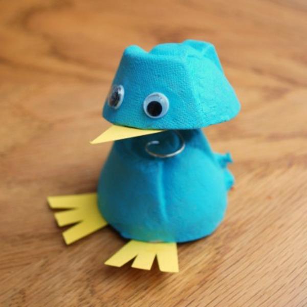 basteln-mit-karton-hühnchen-in-blauer-farbe