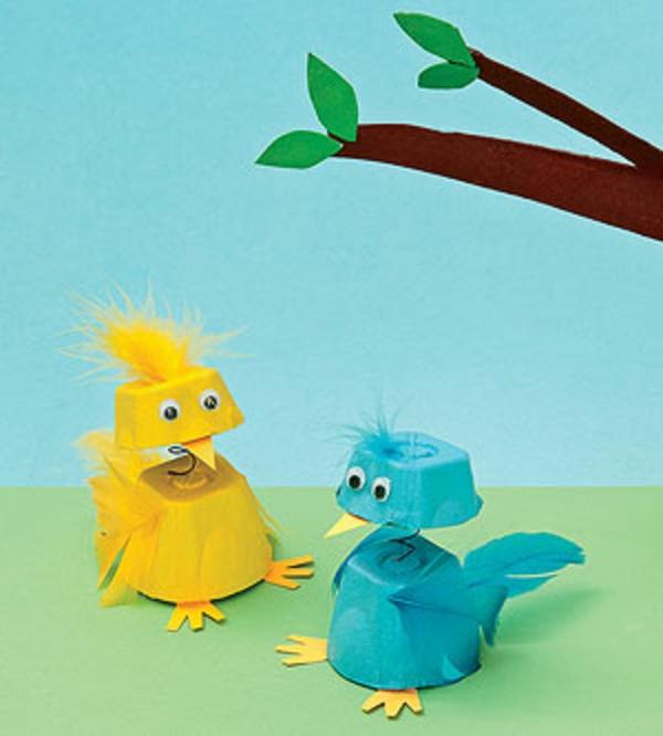 basteln-mit-karton-hühner-in-blau-und-gelb