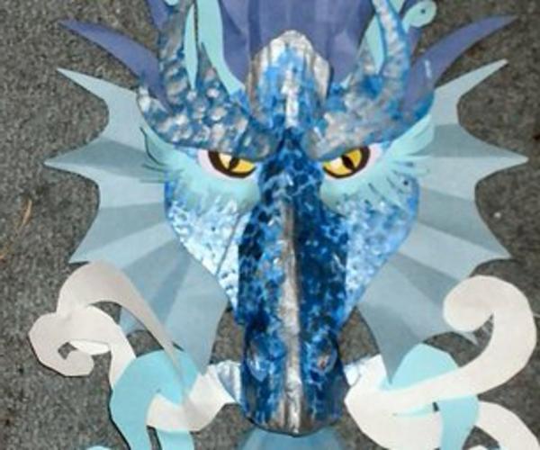 basteln-mit-karton-super-drach-in-blauer-farbe