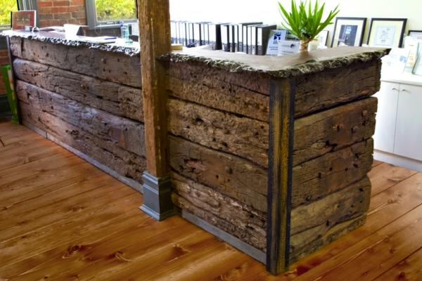 coole bauholz-möbel-kücheninsel-draußen-gestellt