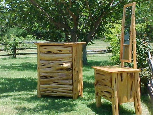 interessante bauholzmöbel-draußen-im-grünen-gestellt