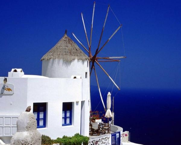 blau-und-weiß-sind-symbolisch-für-Santorini-Griechenland