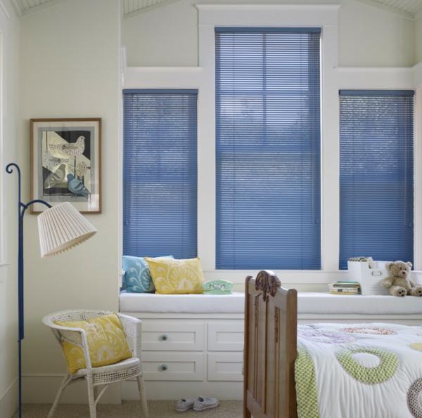 blaue-aluminium-jalousien-im-weißen-schlafzimmer