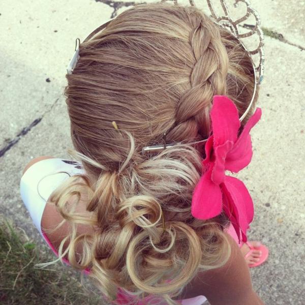 blonde-schöne-haare-eines-kleinen-mädchens