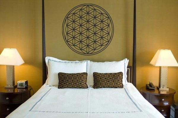 blumen-des-lebens-wanddeko-schlafzimmer-gestalten-wandgestaltung-schlafzimmer-weiße-bettwäsche--