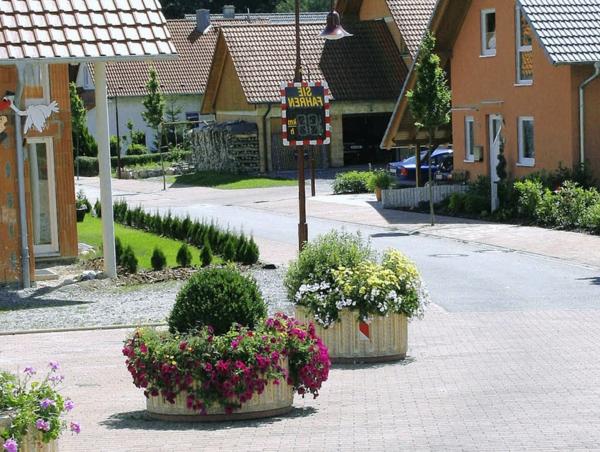 blumendeko-auf-der-straße-ideen-für-einen-schönen-pflanzkübel-