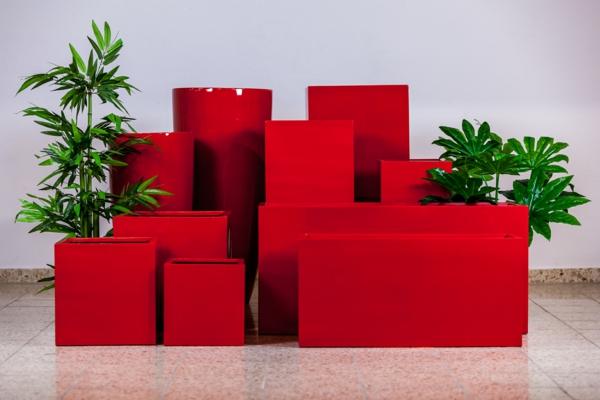 blumenkübel-mit-schönem-design-in-rot