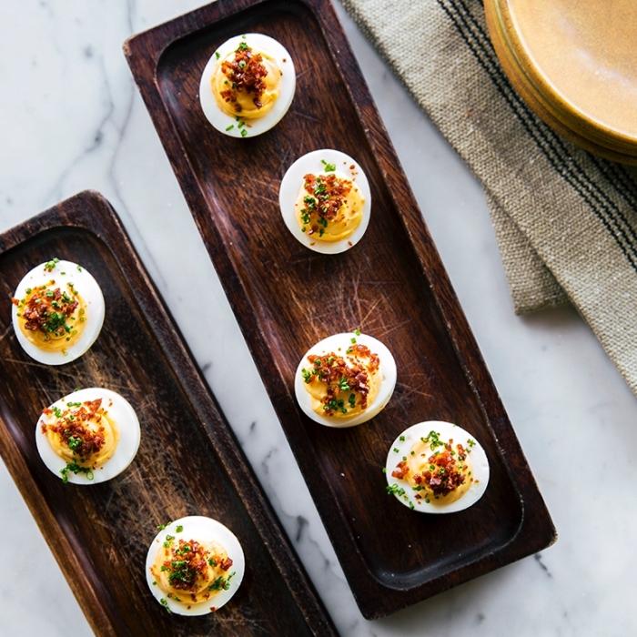brunch ideen, lange holzteller, deviled eier mit bacon, häppchen rezepte, essen für gäste