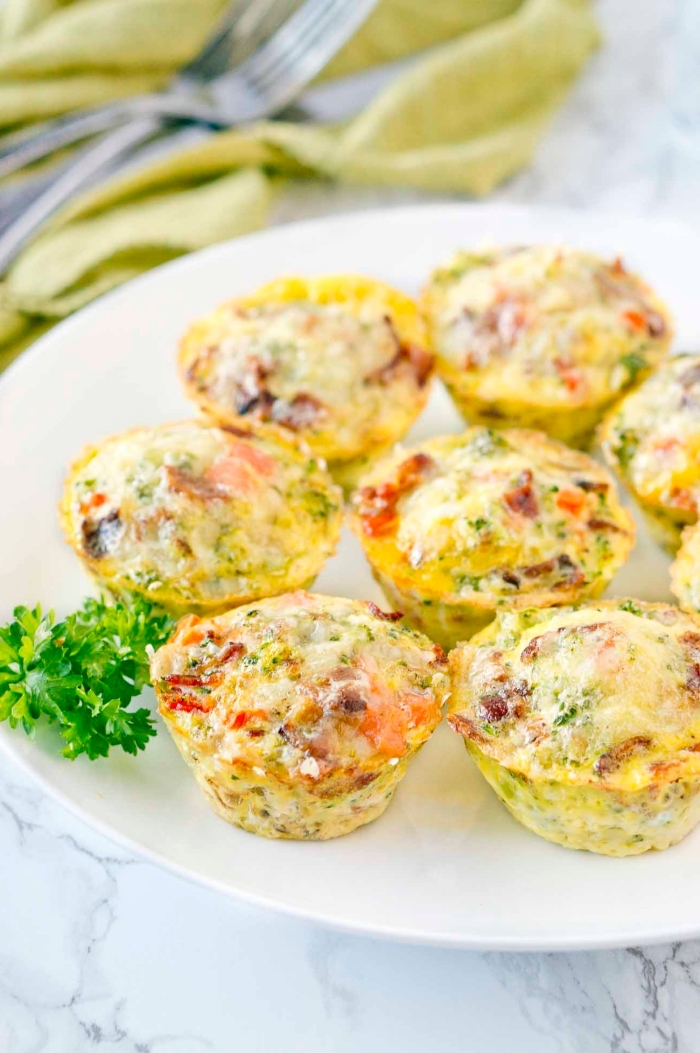 brunch ideen, salzige muffins mit eiern, paprika, bacon und gewürz, partyesen rezepte