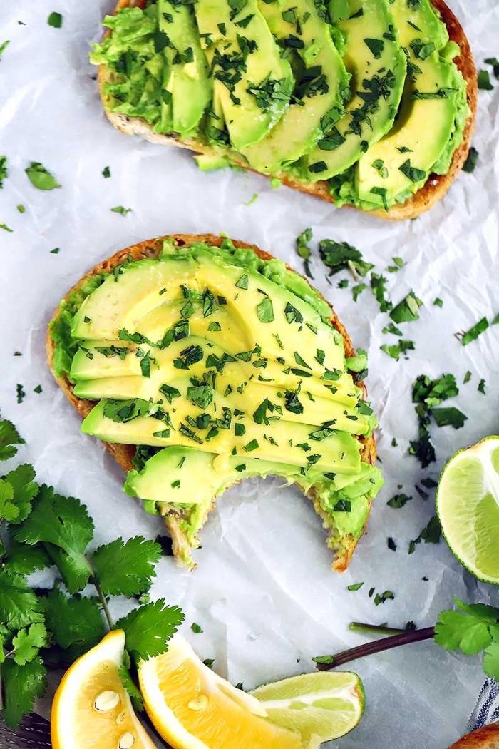 brunch ideen, toasts mit avocado und limetten, gesund essen, gehakte petersillie, schnelles rezept