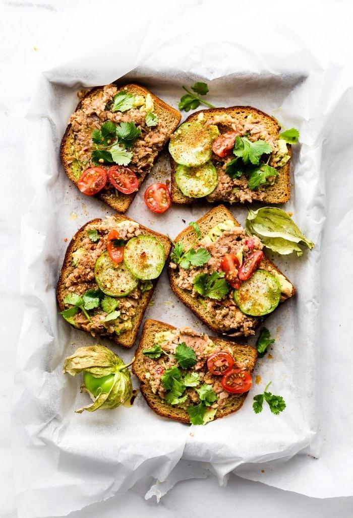brunch ideen, gesunde rezepte, toasts mit tunfisch zucchini, paprika und petersilie