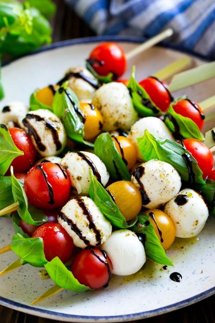 spieße mit mozzarella, roten und gelben cherry tomaten und basilikum, brunch rezepte zum vorbereiten