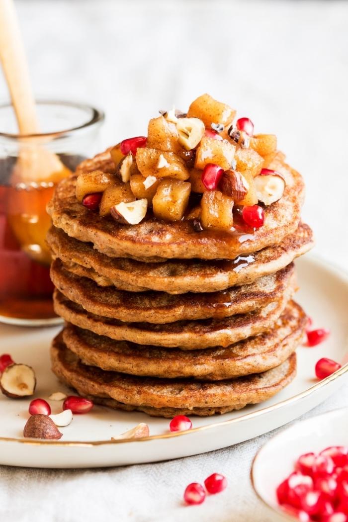 brunch was gehört dazu, amerikansiche pfannkuchen mit bananenm honig und granatapfelsamen