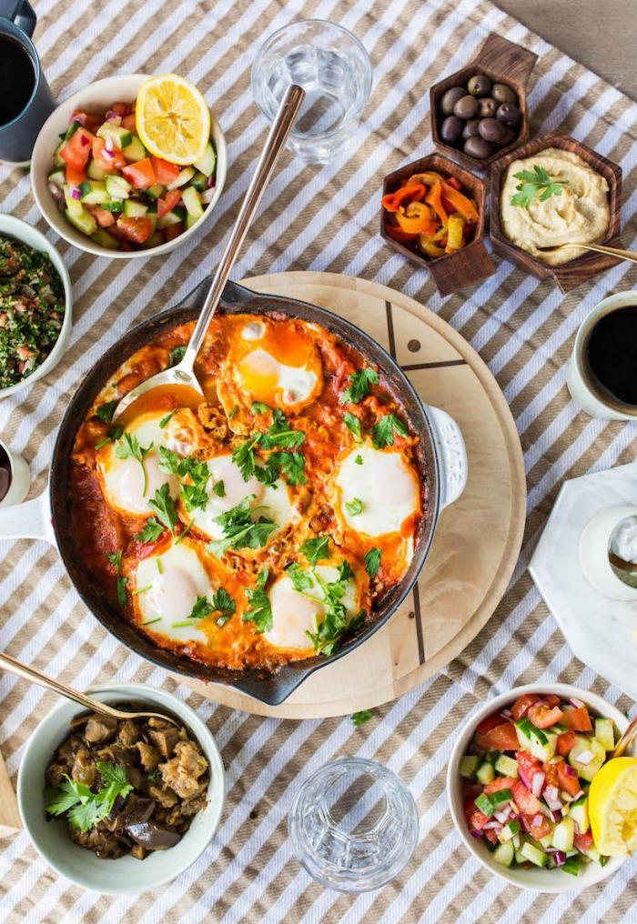 brunch was gehört dazu, shakshuka traditionelles rezept, gericht aus eiern, tomaten, jalapenio und anderen zutaten