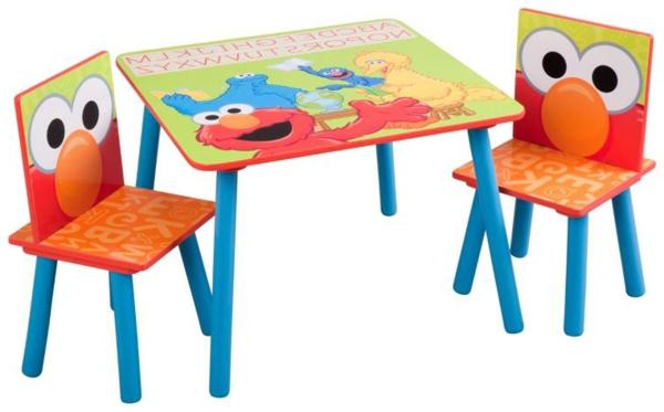 bunte-lustige-kindermöbel-ein-tisch-und-zwei-stühle