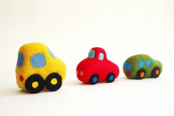 coole-geschenke-für-jungs-autos-spielzeuge-in-bunten-farben