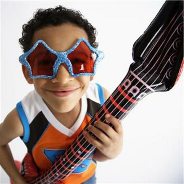 coole-geschenke-für-jungs-ein-kind-spielt-mit-einer-aufblasbaren-gitarre-spielzeug