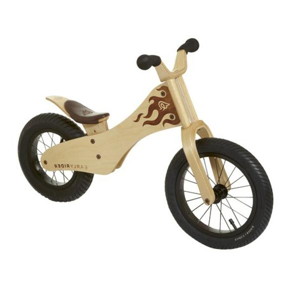 coole-geschenke-für-jungs-fahrrad-aus-holz-hintergrund-in-weiß