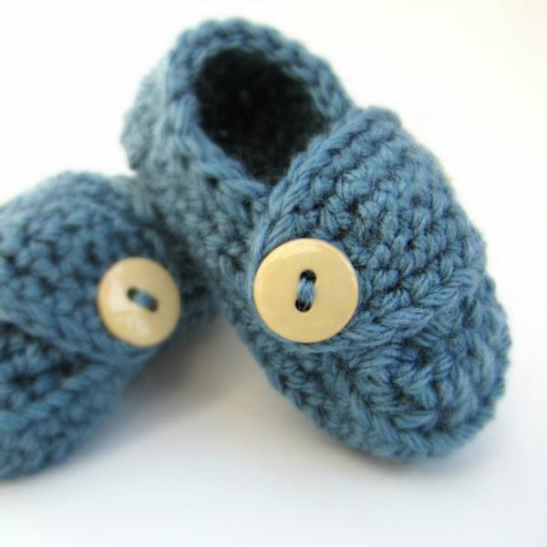 coole-geschenke-für-jungs-handgestrickene-schuhe-sehr-süße-blau-mit-weißen-knöpfen