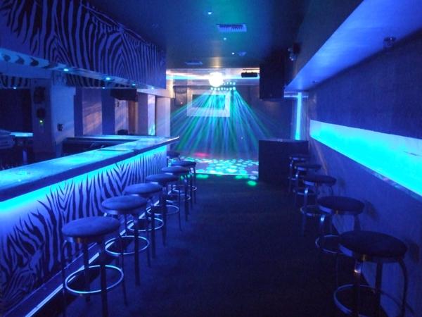 cooler-bar-im-blauen-licht-schicke-stühle