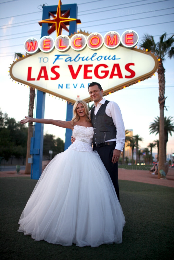 cooles-ehepaar-in-las-vegas-heiraten - blonde braut