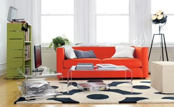 cooles-wohnzimmer-mit-einem-orange-sofa-und-einem-acryl-tisch
