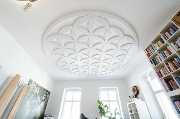 deckengestaltung-blume-geometrische-figuren-weiß-wohnideen-wohnzimmer-gestalten