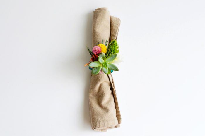 deko 1 geburtstag, selbstgemachte serviettenringe aus kleinen blumen und sukkulenten