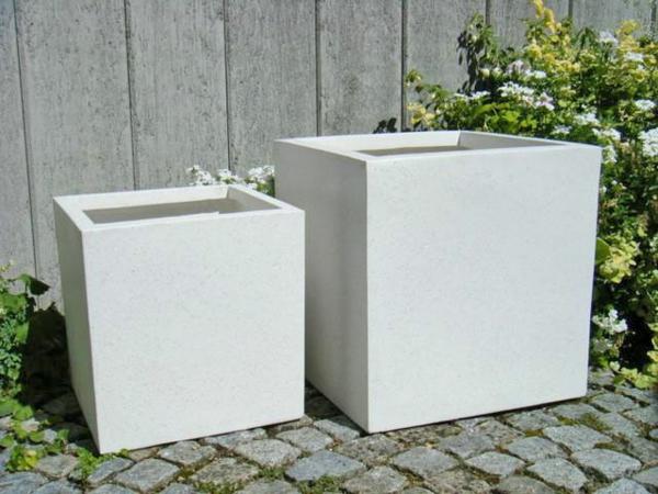 deko-ideen-blumen-blumenkübel-weiß-exterior-design